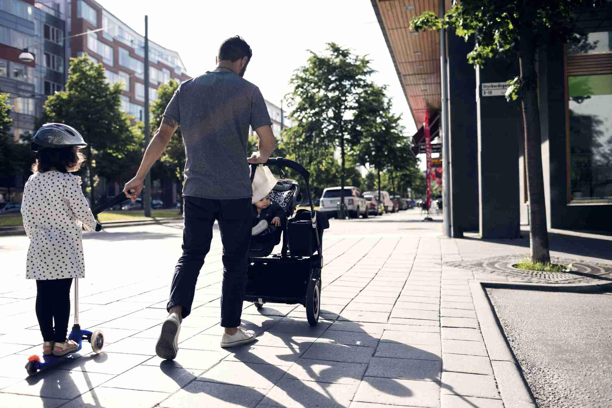 padre caminando con hijos