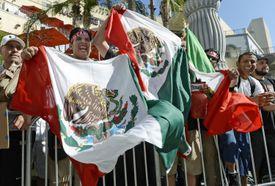 Mexicanos emocionados con banderas