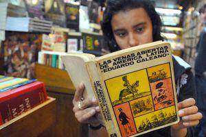 Una joven echa un vistazo a una edición usada de 1971 de