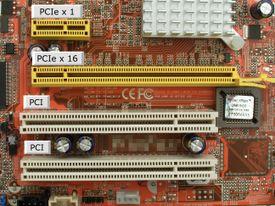 Una placa base con dos ranuras PCI de 32 bits y dos tamaños de ranuras PCI Express