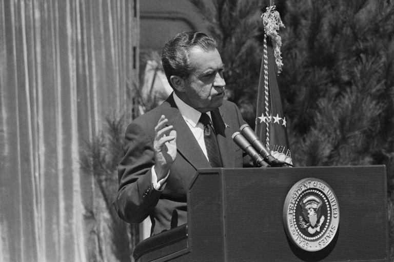 Nixon conduce una conferencia de prensa