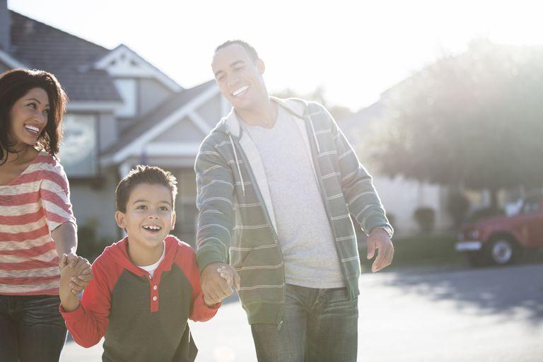 Una pareja feliz camina con un niño