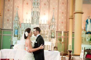 Ceremonia de matrimonio católica con misa.