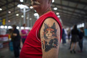 Un hombre con un tatuaje de gato