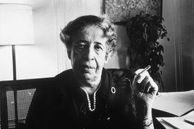 Hannah Arendt en su apartamento de Manhattan, en 1972.