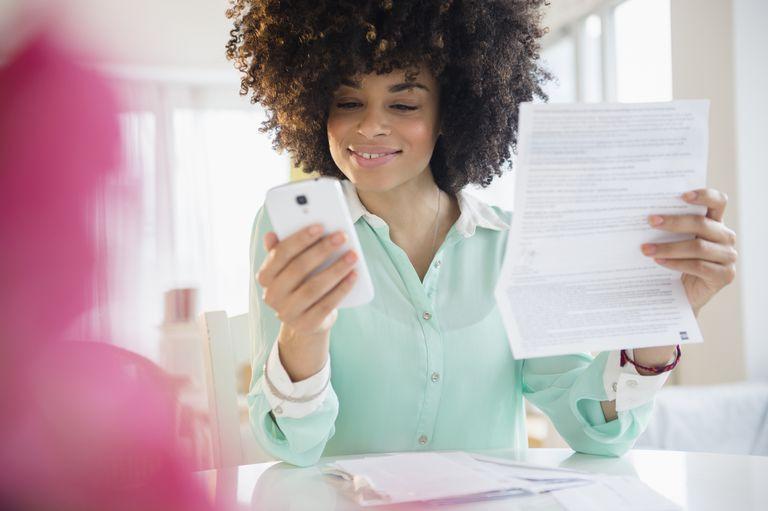 Mujer organizando los gastos familiares con el celular