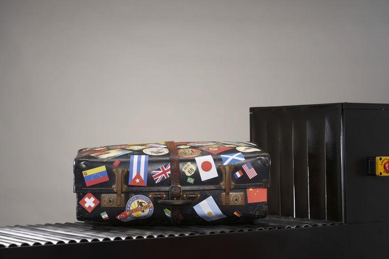 Maleta con pegatinas de banderas nacionales