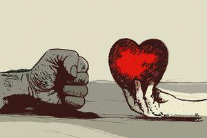 Mujer ofreciendo corazón