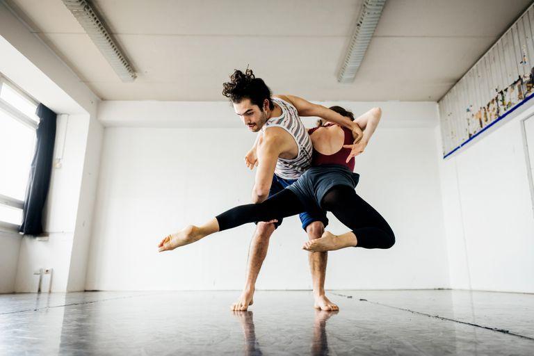 Una pareja baila en un estudio