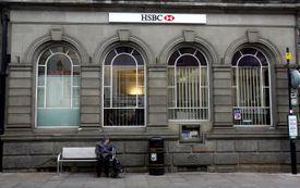 Un banco fuera de un banco