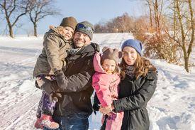 Familia disfrutando el invierno al aire libre