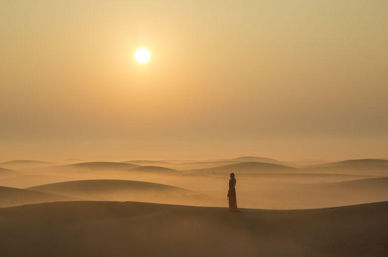 Mujer en desierto