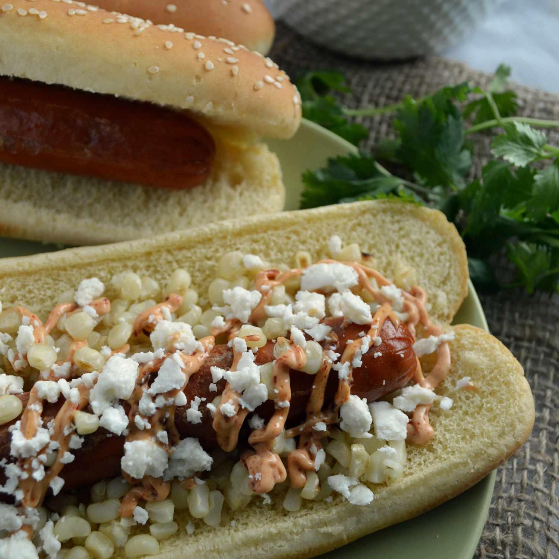 Hot dogs mexicanos con elote, queso Cotija y mayonesa de chipotle