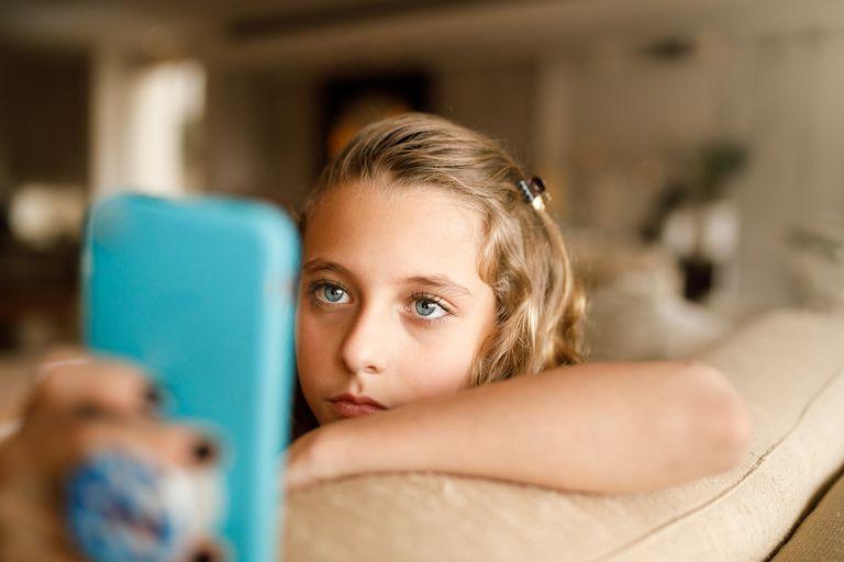 Adolescente usando las redes sociales en el teléfono