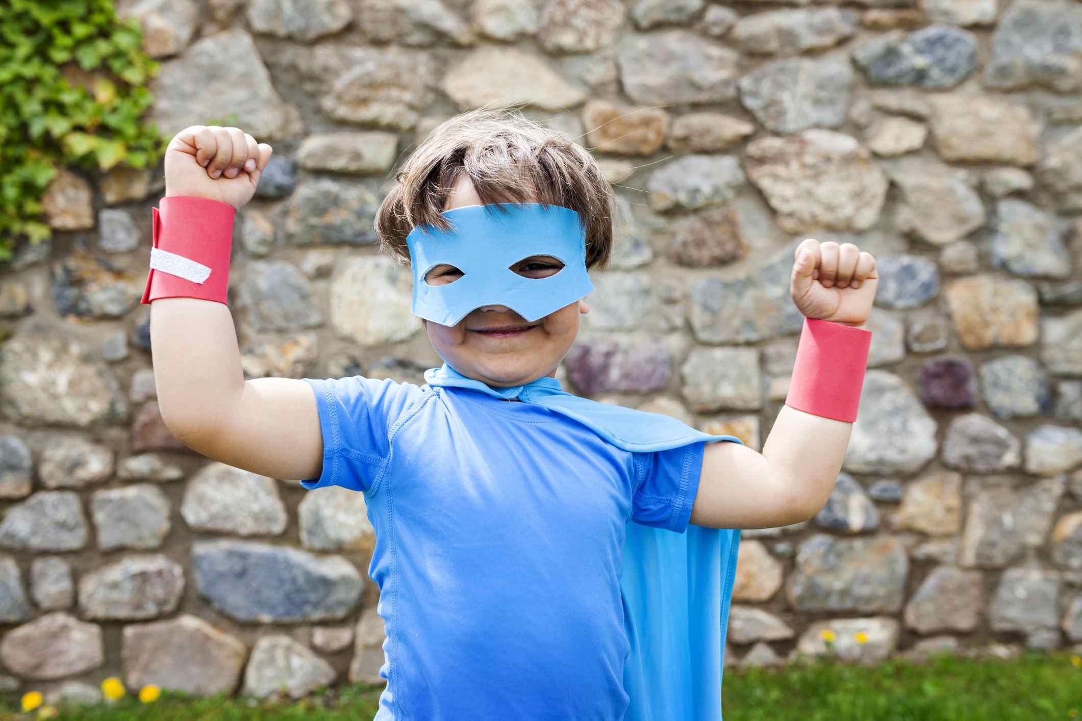 Niño disfrazado de superhéroe