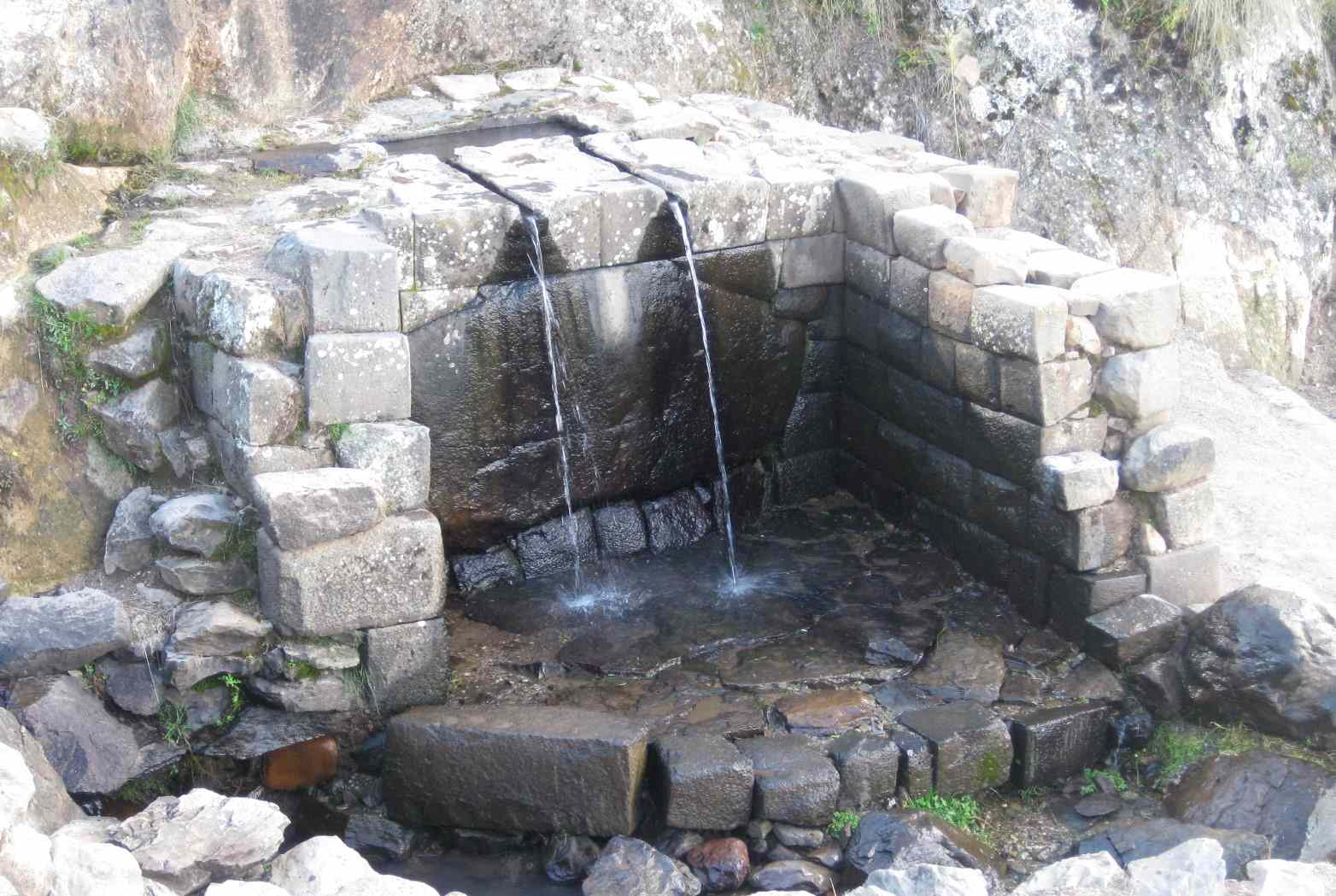 Baño del Inca con una piedra de 13 ángulos
