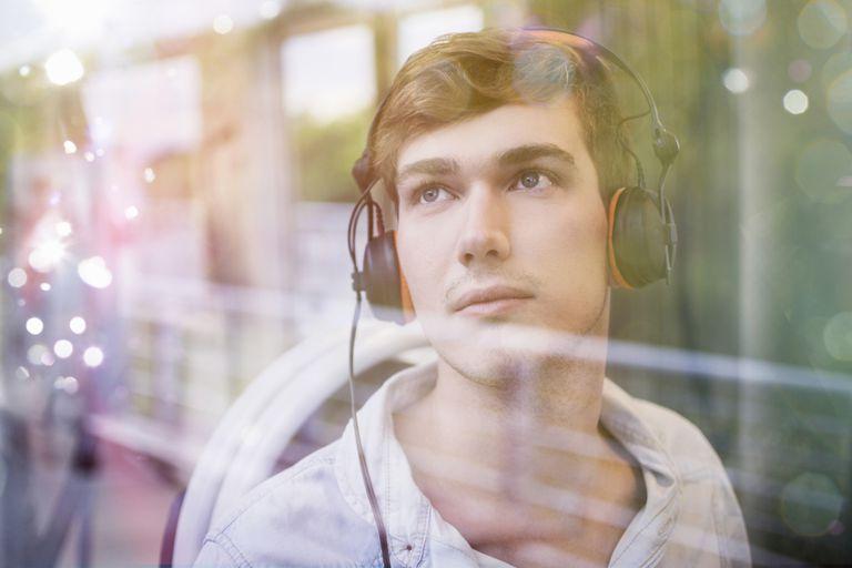 Hombre joven escuchando música en sus audífonos