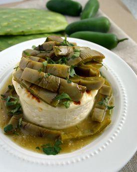 Queso panela asado con nopales y salsa verde