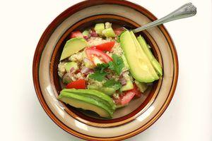 Platillo vegano con quinoa, jitomate y aguacate