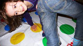 Niños jugando Twister.