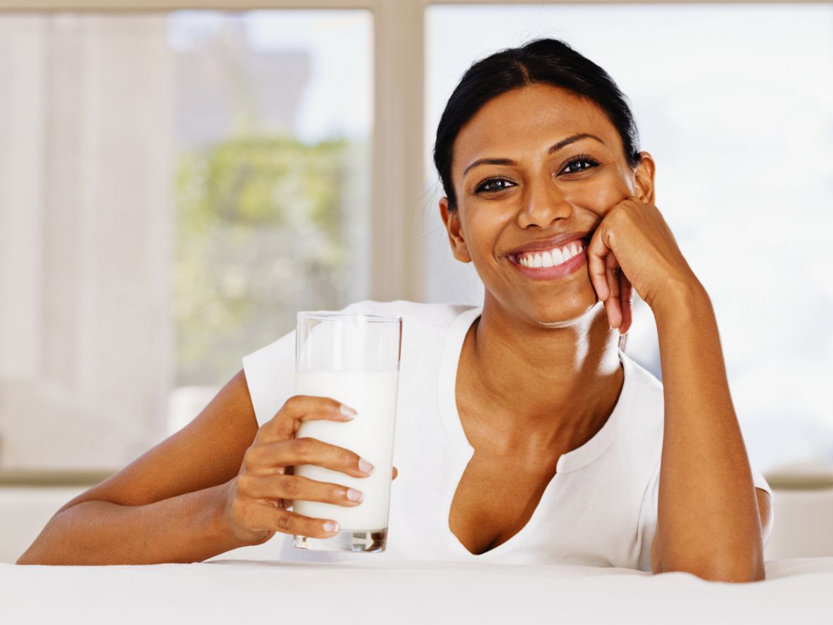 chica-tomando-leche-para-vitamina-D.jpg