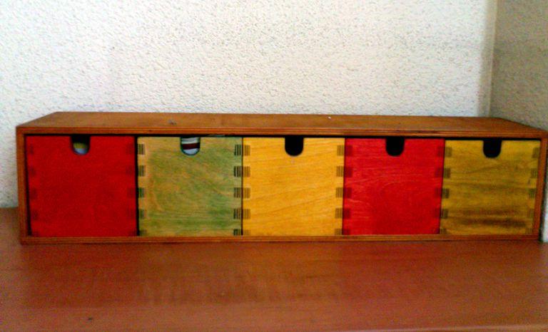 Mueble con cajones, teñido en varios colores y luego barnizado