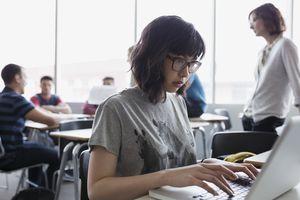 Estudiante que usa una computadora portátil en aula