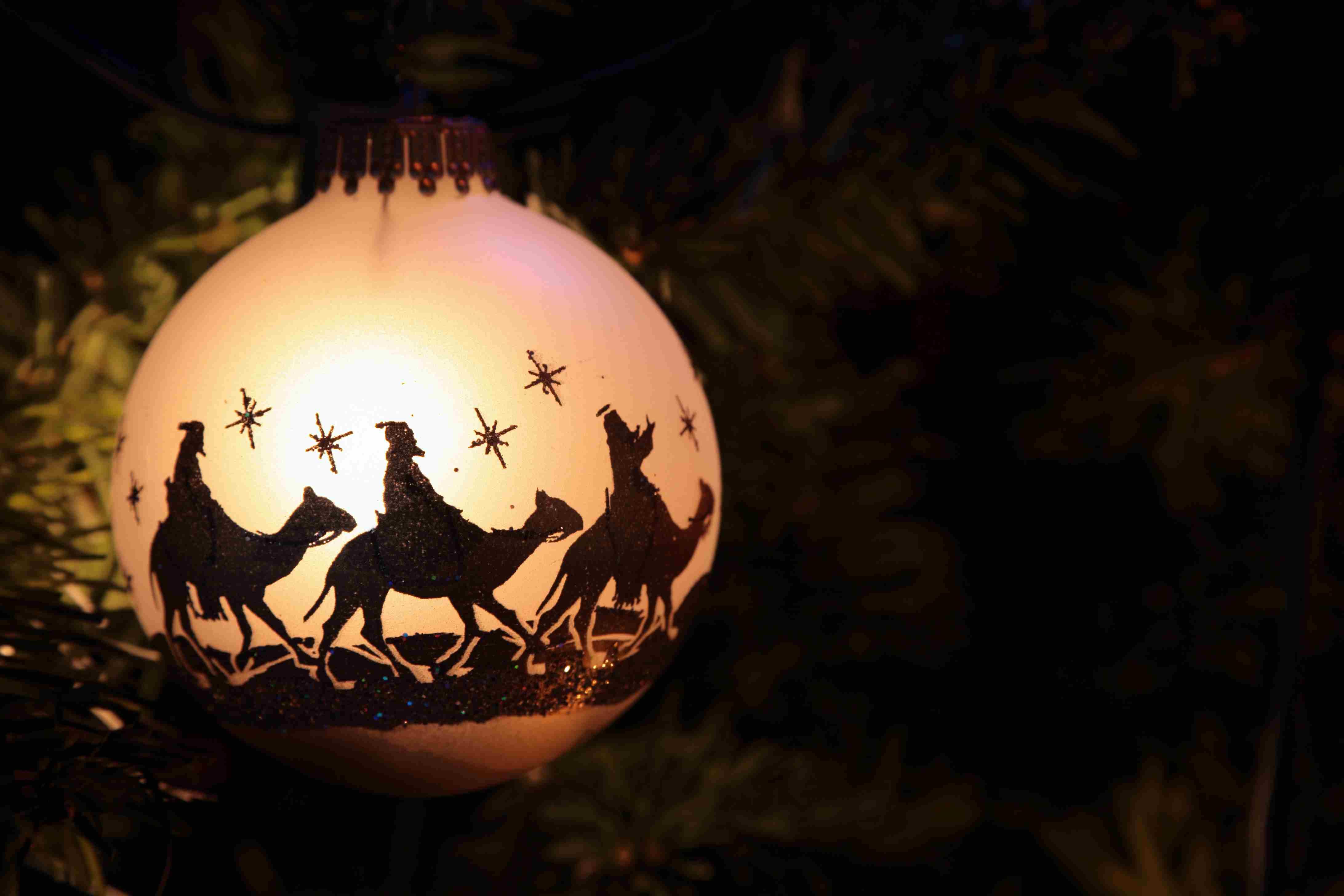 Ornamento de Navidad con siluetas de los Reyes Magos