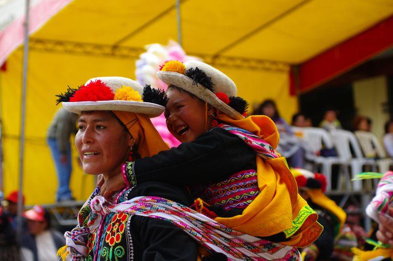 Una mujer quechua con una niña pequeño