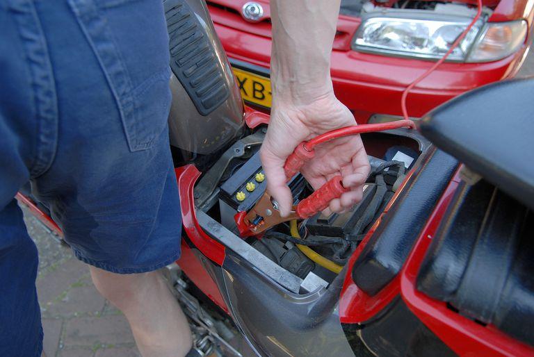 Conectando la batería a la batería de otro vehículo