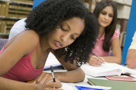 Estudiante escribiendo un ensayo