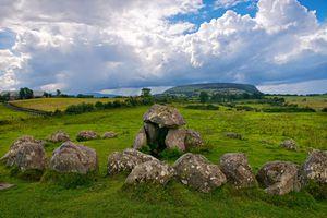 Circulo de piedra y tumba en uno de los sitios principales en Irlanda