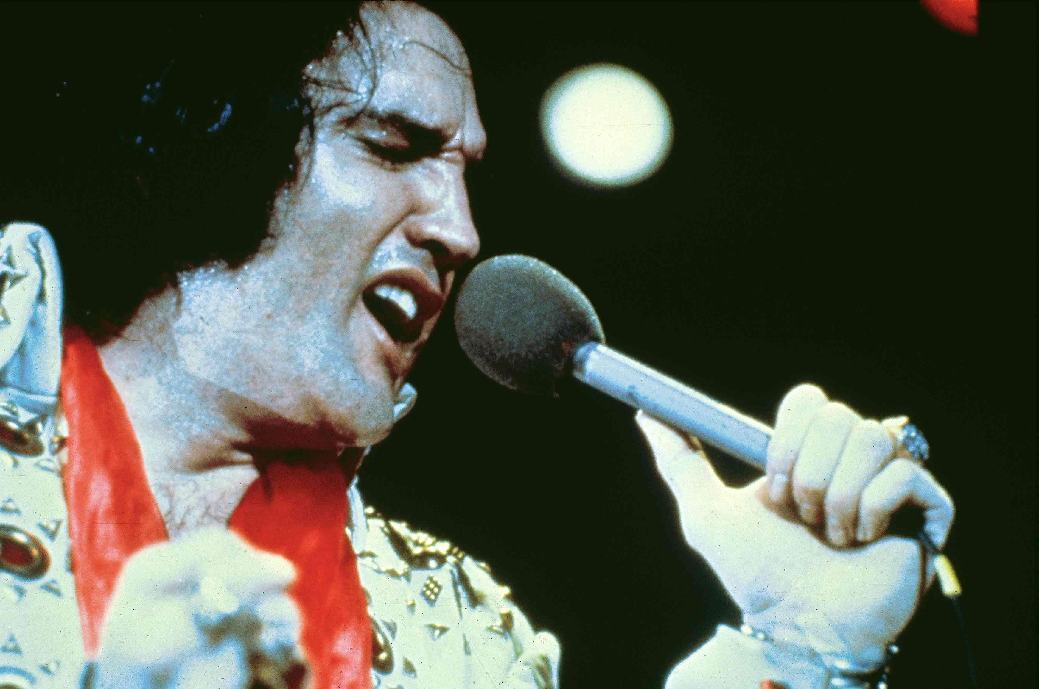 Elvis Presley, actuando en vivo en el escenario