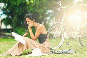 Mujer relajante con libro