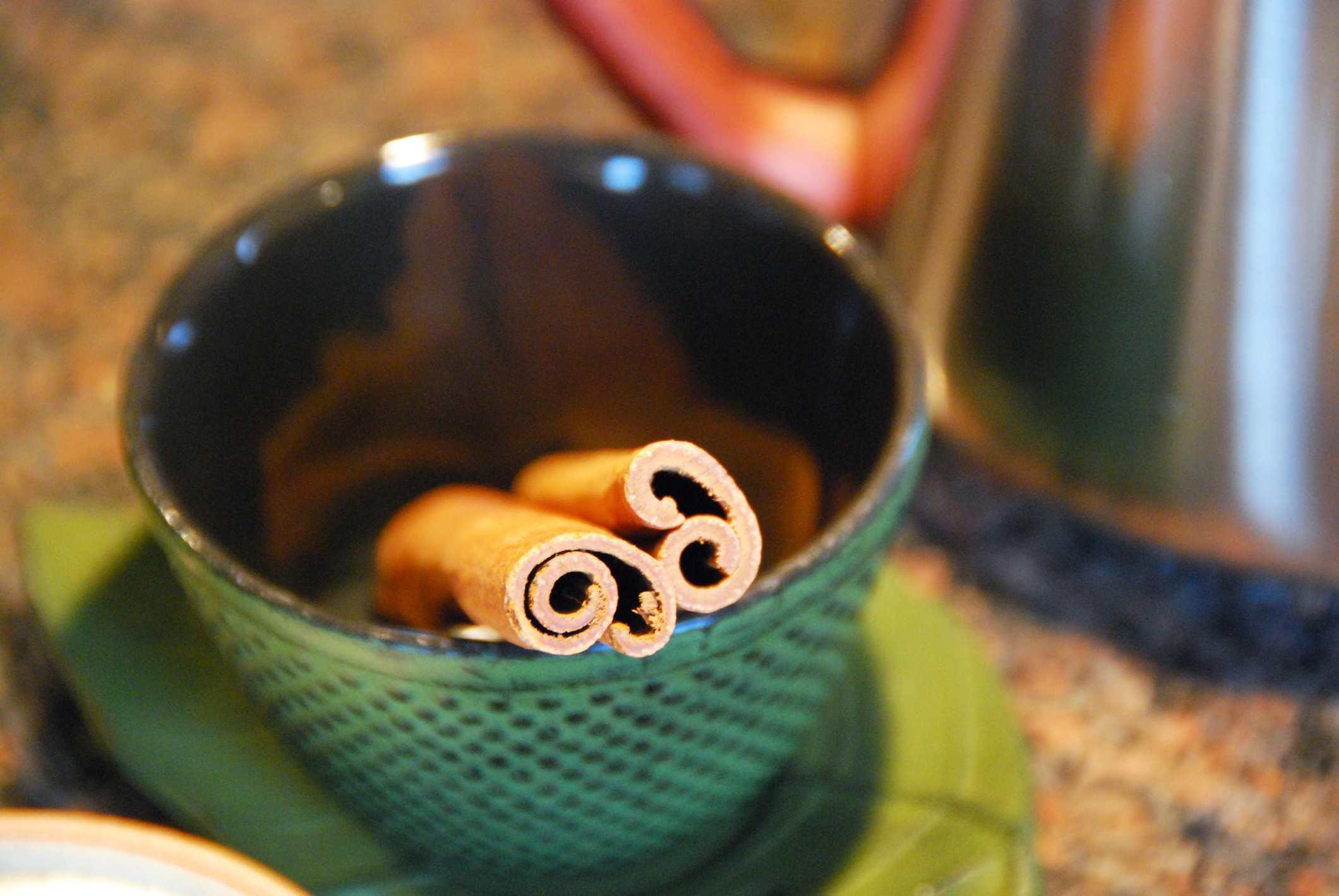 La canela y el clavo se pueden hervir para hacer un aromatizante natural.