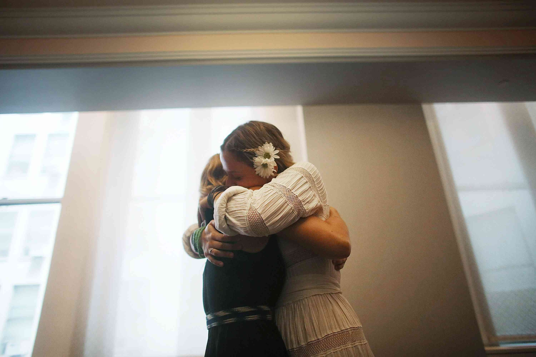 mujeres abrazándose