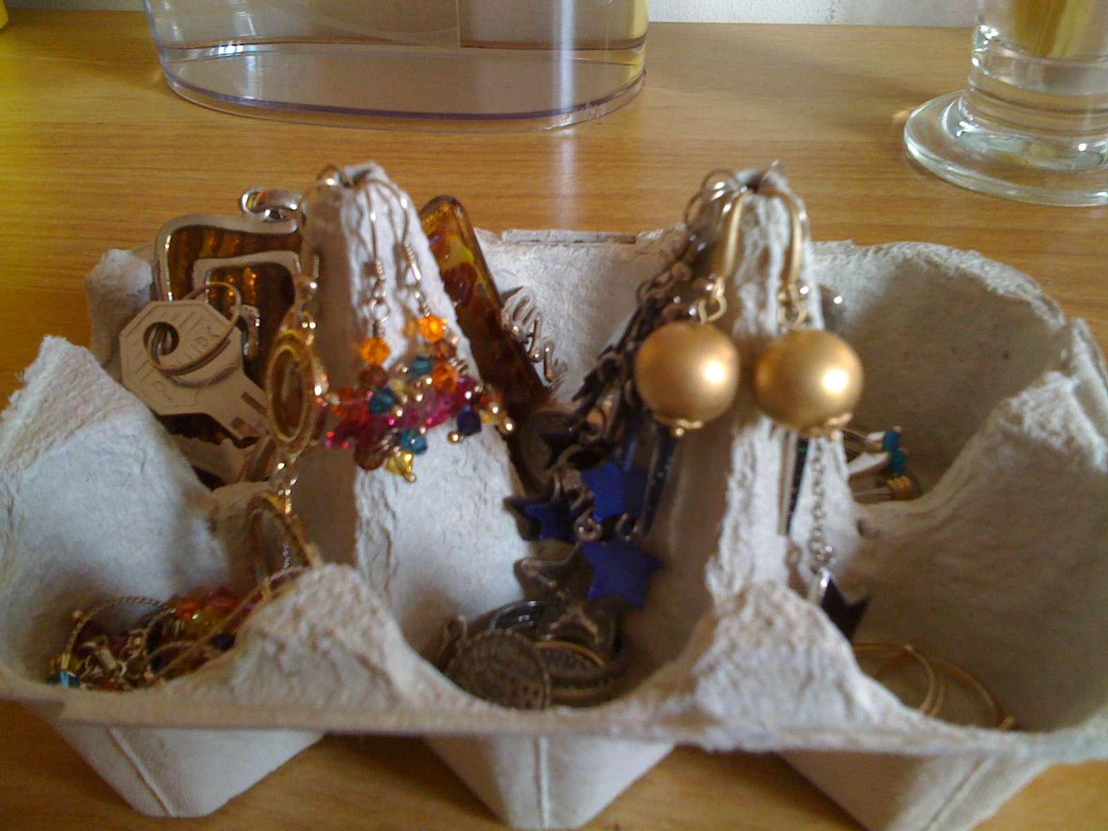 Organizador de joyas con cartones de huevo