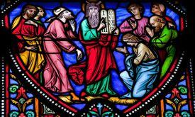 Una vidriera muestra a Moisés presentando las tablas de piedra con los diez mandamientos.