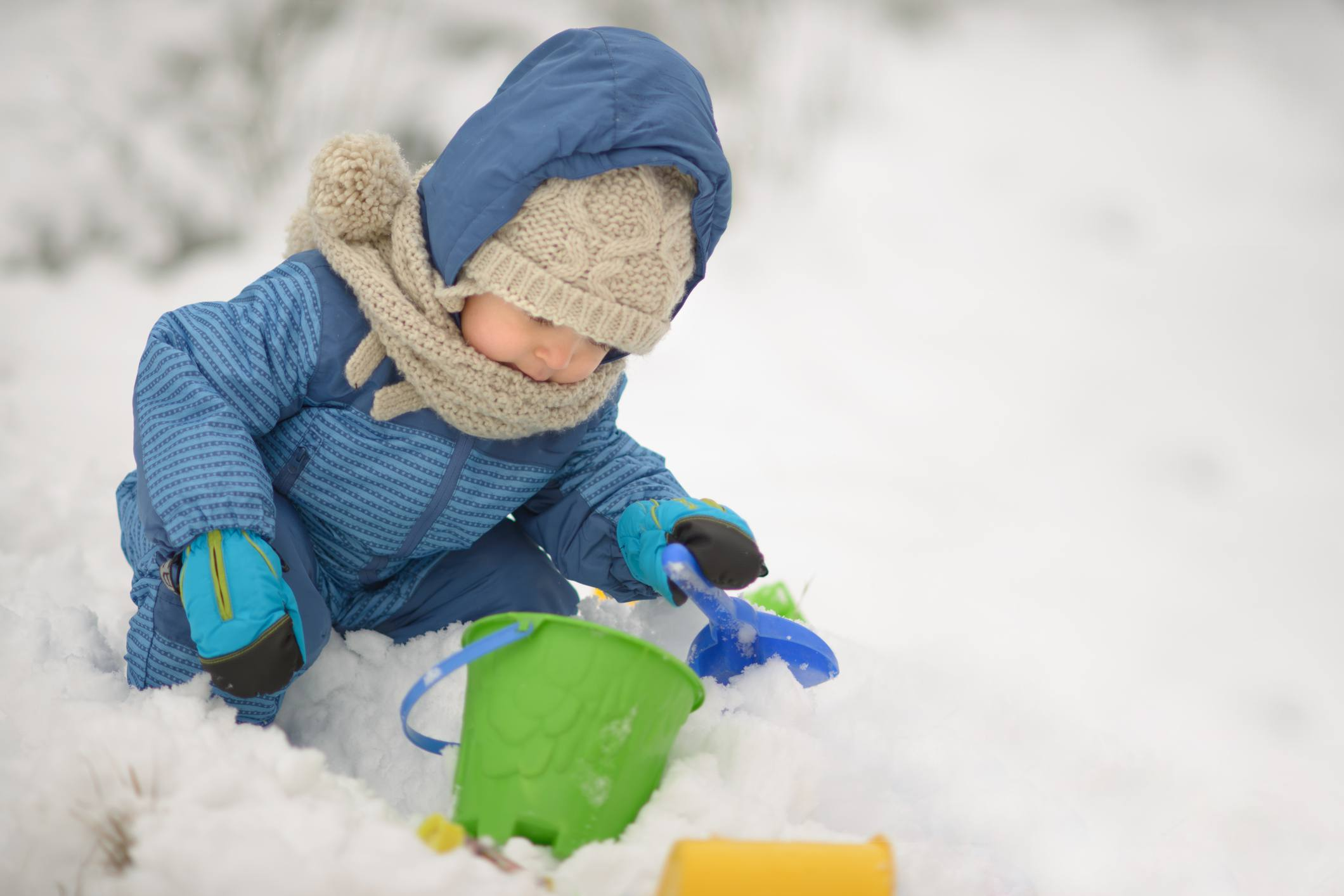 pequeño jugando con nieve
