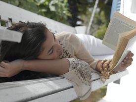 Adolescente, leyendo un libro