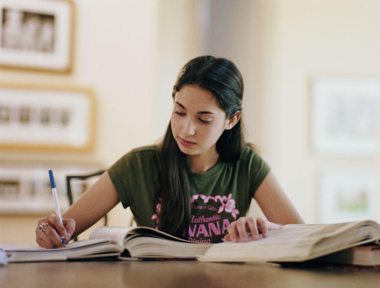 Una adolescente haciendo tareas