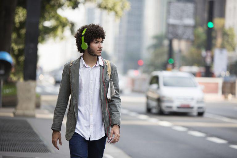 Un hombre camina por la calle
