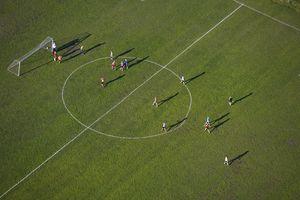 Vista aérea del juego de fútbol en Reykjavik