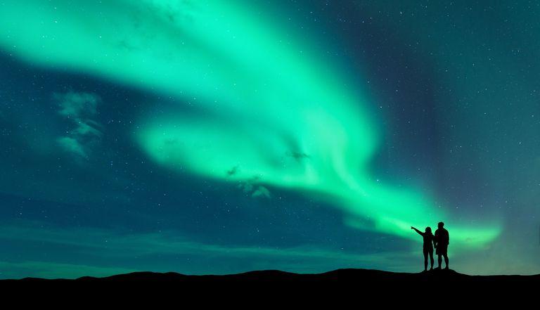 pareja y aurora boreal