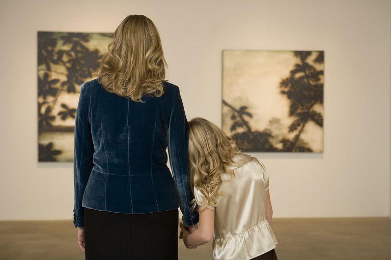 Madre e hija disfrutando en un museo de arte