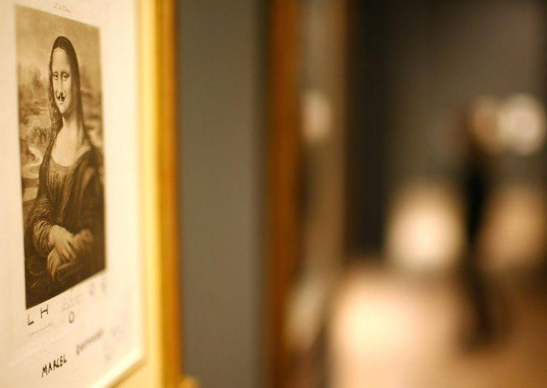 La reproducción de la Gioconda con bigotes, cuelga en una galería.