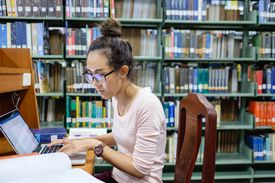 Estudiante componiendo ensayo
