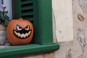 Calabaza de Halloween en un alféizar de ventana