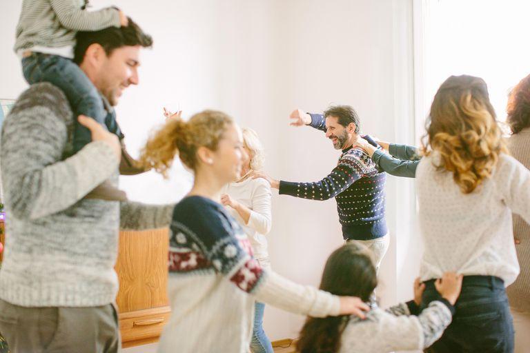 Familia bailando en año nuevo