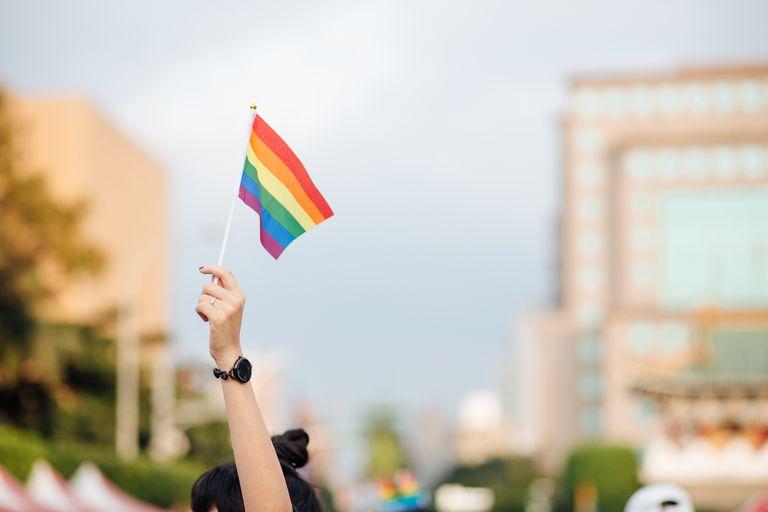 Chica con bandera arcoiris